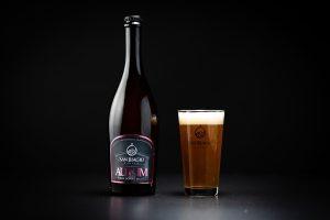 bottiglia di birra aurum con bicchiere