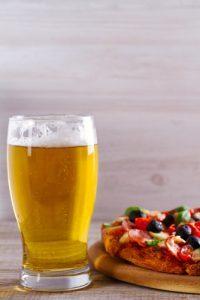 bere birra fa ingrassare bicchiere pizza