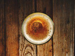 bicchiere di birra su tavolo di legno