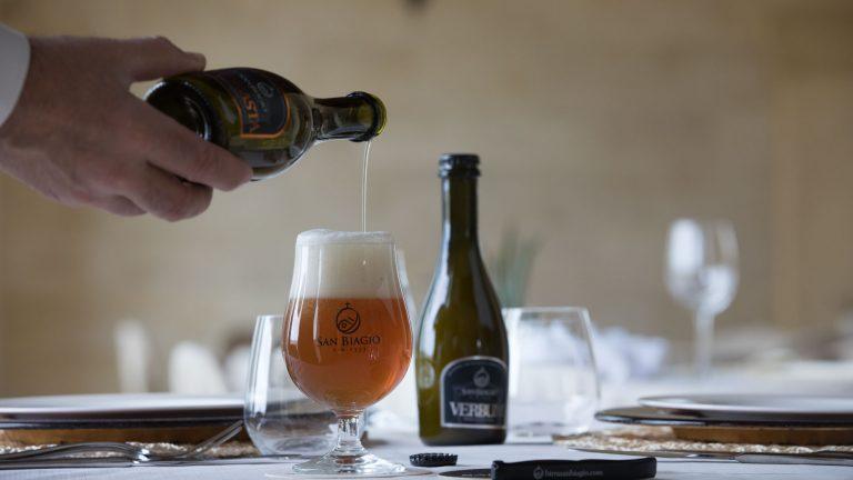 perché bere una birra artigianale versare birra