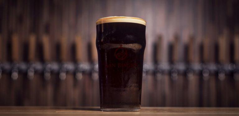 birre artigianali scure bicchiere