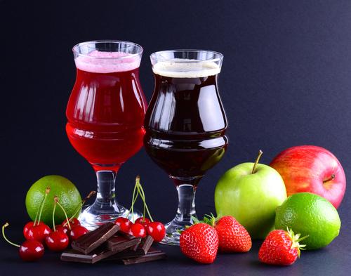 bicchieri di birra artigianale con frutta
